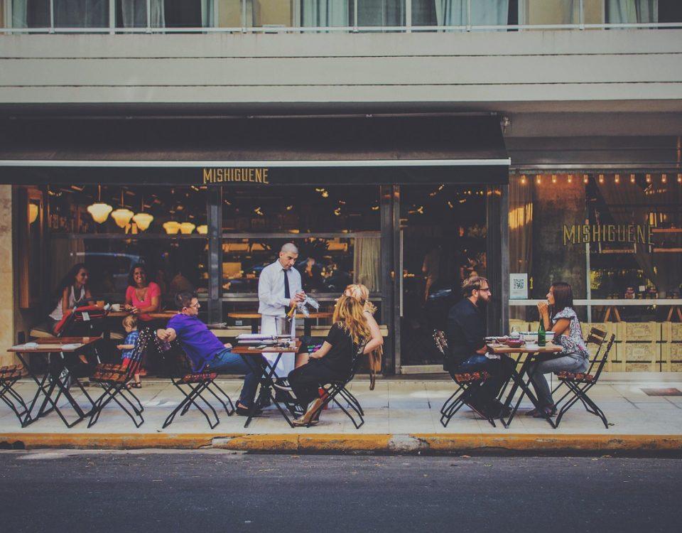 affichage publicitaire avec des sets de table pour un restaurant